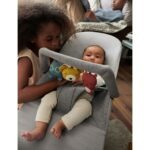 606072-bouncer-bliss-light-grey-jersey-with-toy-soft-friends-lifestyle-babybjorn-01-large